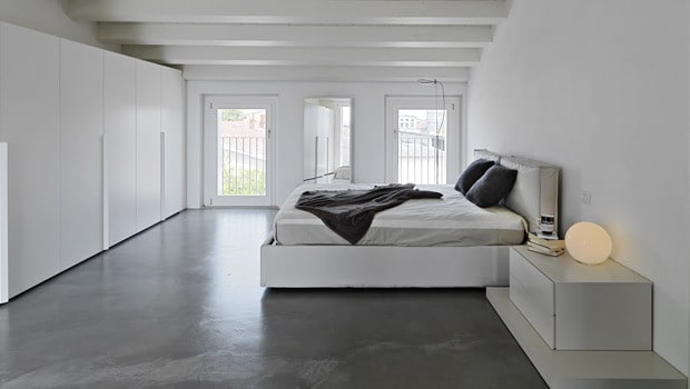 witte slaapkamer met een grijze vloer in beton, Meubels Ideeën