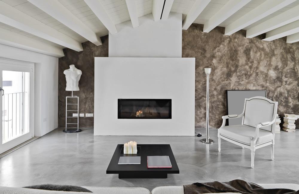 Eclectische woonkamer met ruwe betonvloer