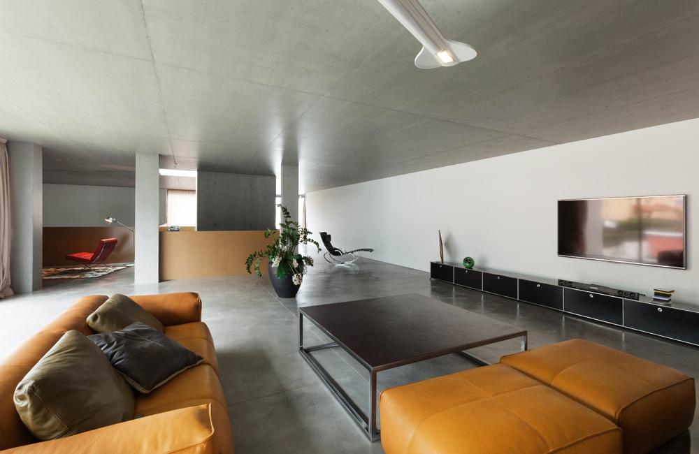 minimalistische woonkamer met betonvloer